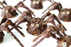 Arañas hechas en casa del chocolate aisladas en el fondo blanco Imagen de archivo