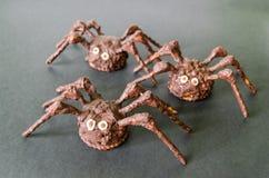 Arañas hechas en casa del chocolate en fondo negro Fotografía de archivo