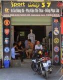 Ara людей связывая почти магазин спорта в Vinh, Вьетнаме Стоковые Фото