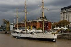 Ara Presidente Sarmiento фрегата на Puerto Madero, Аргентине стоковые фото