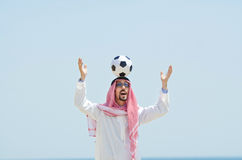 Arabe avec footbal au bord de la mer Photo stock