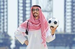 Arabe avec footbal au bord de la mer Image libre de droits