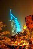 Arabe d'Al de Burj rougeoyant la nuit dans cyan Images libres de droits