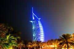 Arabe d'Al de Burj rougeoyant la nuit dans le bleu Image libre de droits