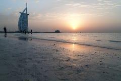 Arabe d'Al de Dubaï Burj - coucher du soleil Photos stock