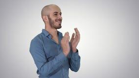 Arabe de Handsom battant ses mains applaudissant sur le fond de gradient clips vidéos