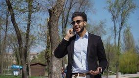 Arabe parlant en ligne avec l'agent de voyage r image libre de droits