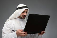 Araber, der mit Laptop arbeitet Stockfoto