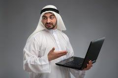 Araber, der mit Laptop arbeitet Lizenzfreies Stockfoto