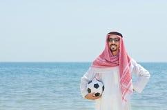 Araber mit footbal an der Küste Lizenzfreie Stockfotos