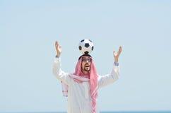 Araber mit footbal an der Küste Stockfoto