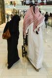 Arabes à l'aéroport de Dubaï Image stock