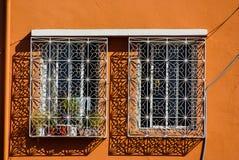 Arabeskenfenster im mittelalterlichen Kasbahi. lizenzfreie stockbilder