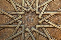 Arabesque på dörr i Marocko arkivbilder