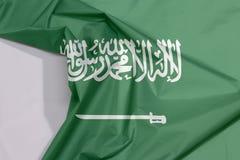 Arabia Saudyjska tkaniny flaga zagniecenie z biel przestrzenią i krepa obrazy stock