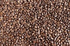 arabica τα φασόλια ανασκόπησης κλείνουν roast σωρών καφέ τη σκοτεινή σύσταση επάνω Στοκ Φωτογραφία