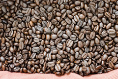 arabica τα φασόλια ανασκόπησης κλείνουν roast σωρών καφέ τη σκοτεινή σύσταση επάνω Στοκ εικόνες με δικαίωμα ελεύθερης χρήσης
