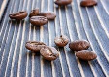 Arabica φασολιών καφέ σε έναν ξύλινο πίνακα Στοκ εικόνες με δικαίωμα ελεύθερης χρήσης