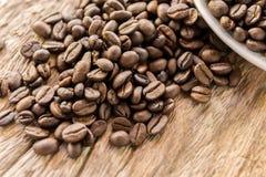 Arabica φασόλια καφέ στον ξύλινο πίνακα μετά από ψημένος Στοκ εικόνα με δικαίωμα ελεύθερης χρήσης