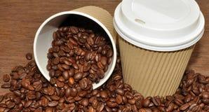 Arabica φασόλια καφέ και take-$l*away φλυτζάνι Στοκ Εικόνα