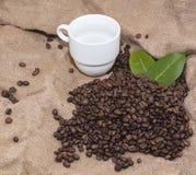 Arabica φασόλια καφέ σε μια burlap τσάντα Στοκ Εικόνες