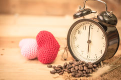 Arabica φασόλι καφέ με το εκλεκτής ποιότητας ρολόι Στοκ φωτογραφίες με δικαίωμα ελεύθερης χρήσης