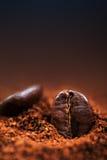 Arabica-Kaffeebohnen Makro auf einem braunen Hintergrundabschluß oben, Makro Lizenzfreies Stockfoto