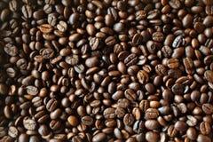 arabicabakgrundsbönor stänger upp för högstek för kaffe mörk textur Arkivbilder