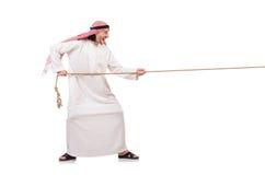 Arabier in touwtrekwedstrijdconcept Stock Afbeelding
