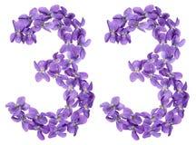 Arabisch cijfer 33, drieëndertig, van geïsoleerde bloemen van altviool, Stock Afbeeldingen