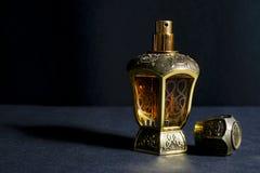 Arabisch die parfum in een fles, op zwarte achtergrond, in laag l wordt geïsoleerd royalty-vrije stock fotografie