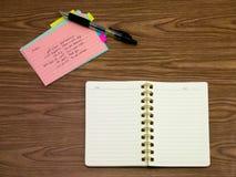 Arabisch; Lernen von neuen Sprachschreibens-Wörtern auf dem Notizbuch Lizenzfreie Stockfotos