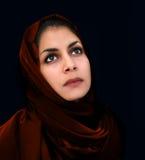 Arabisch meisje in rode sjaal stock afbeeldingen