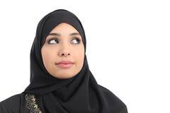 Arabisch Saoedi-arabisch de vrouwengezicht die van emiraten kant bekijken stock afbeeldingen