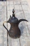 Arabische alte geräucherte Kaffeemaschine der traditionellen Weinlese Stockbilder