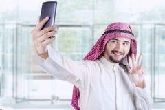 Arabische Arbeitskraft, die selfie im Büro nimmt Lizenzfreies Stockbild