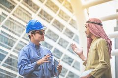 Arabische Architekten und Blauhelmingenieure beraten sich an verbinden stockfotografie