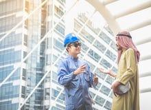 Arabische Architekten und Blauhelmingenieure beraten sich an verbinden stockbilder
