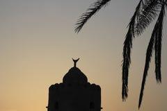 Arabische Architektur sichelförmiges eid Moscheen-Dattelpalmeschattenbild stockbild