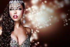 Arabische Art. Mysteriöse Frau in der glänzenden Verzierung Stockfoto
