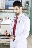 Arabische arts die zijn patiënt in het ziekenhuis controleren Stock Fotografie