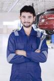 Arabische autowerktuigkundige die in workshop glimlachen Stock Foto's