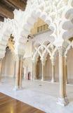 Arabische Bögen an Aljaferia-Palast. Stockfotografie