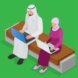 Arabische bedrijfsmens die aan Laptop werken Arabische onderneemster die hijab bij laptop werken Vector vlakke 3d isometrisch Royalty-vrije Stock Foto's