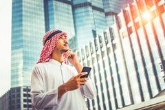 Arabische bedrijfsmens die zich buiten bureau bevinden stock afbeelding