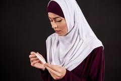 Arabische besorgte Frau im hijab Griffschwangerschaftstest stockbilder