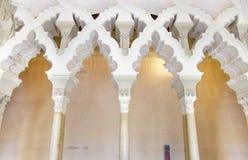 Arabische Bögen an Aljaferia-Palast. Stockbild
