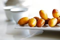 Arabische data op een witte plaat met Arabische koffiekoppen Stock Foto