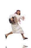 Arabische die mens het spelen trommel op wit wordt geïsoleerd Stock Fotografie