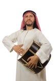 Arabische die mens het spelen trommel op wit wordt geïsoleerd Stock Afbeelding